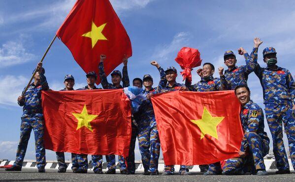 Đội Việt Nam sau cuộc thi sử dụng thiết bị cứu sinh trong chặng 3 cuộc thi Cúp Biển tại Vladivostok trong khuôn khổ Hội thao Quân đội Quốc tế lần thứ VII Army Games-2021 - Sputnik Việt Nam