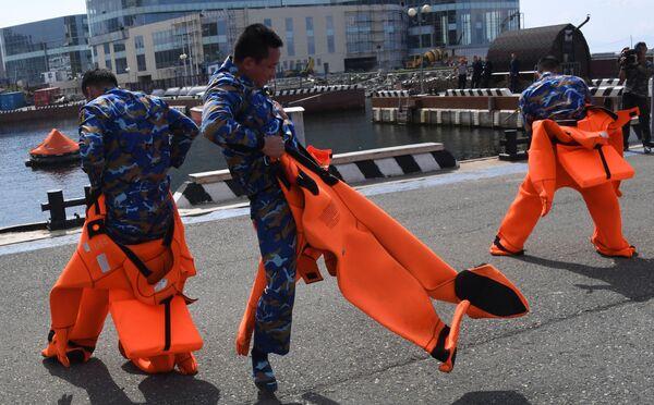 Quân nhân Việt Nam mặc bộ đồ cứu sinh trong cuộc thi sử dụng thiết bị cứu hộ trong chặng 3cuộc thi Cúp Biển tại Vladivostok trong khuôn khổ Hội thao Quân đội Quốc tế Army Games-2021 - Sputnik Việt Nam