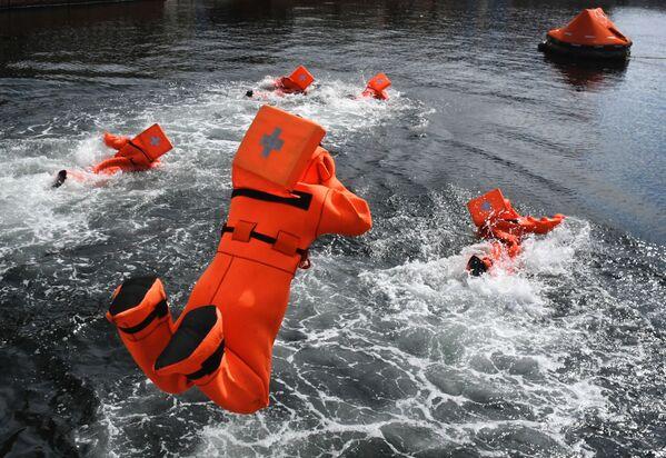 Quân nhân Việt Nam thi đấu sử dụng thiết bị cứu sinh trong chặng 3 cuộc thi Cúp Biển tại Vladivostok trong khuôn khổ Hội thao Quân đội Quốc tế Army Games-2021 - Sputnik Việt Nam