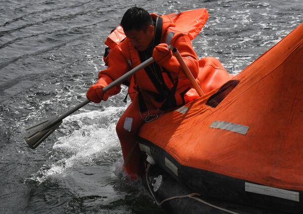 Chiến sĩ Việt Nam thi sử dụng thiết bị cứu sinh trong chặng 3 cuộc thi Cúp Biển tại Vladivostok trong khuôn khổ Hội thao Quân đội Quốc tế lần thứ VII Army Games-2021 - Sputnik Việt Nam