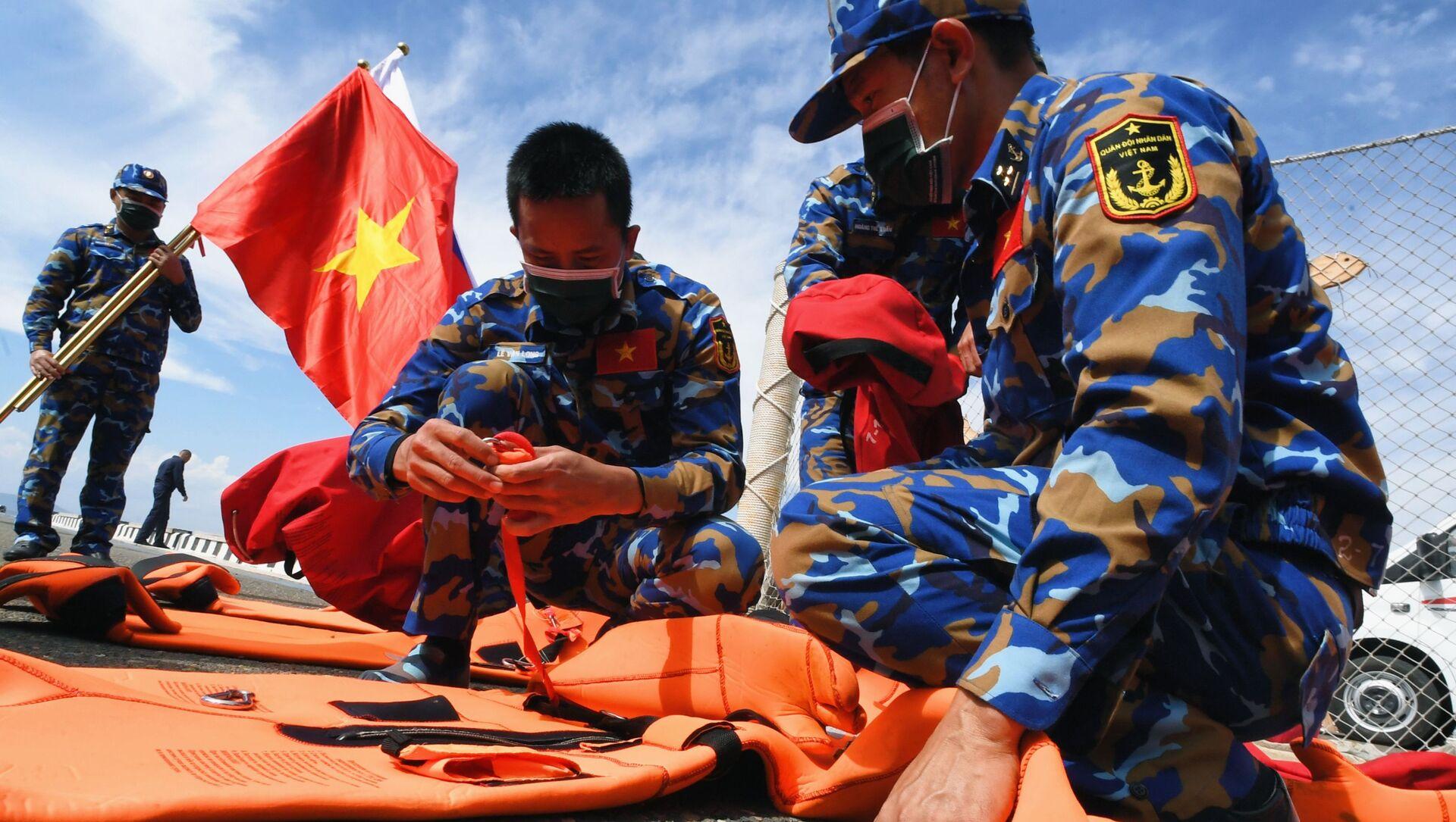 Quân nhân Việt Nam trước khi bắt đầu thi đấu về sử dụng thiết bị cứu sinh trong chặng 3 cuộc thi Cúp Biển tại Vladivostok trong khuôn khổ Hội thao Quân đội Quốc tế lần thứ VII Army Games-2021 - Sputnik Việt Nam, 1920, 31.08.2021
