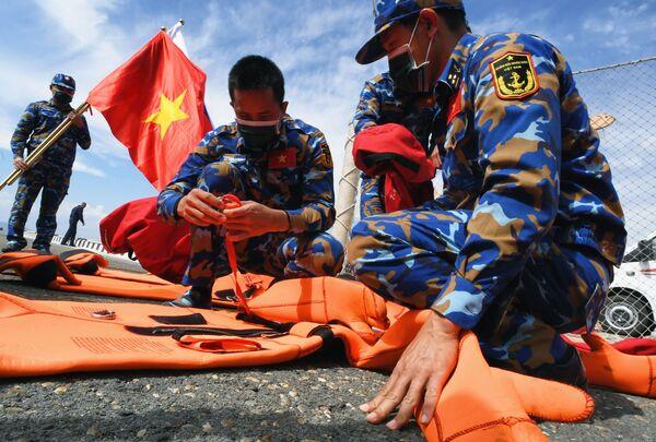 Quân nhân Việt Nam trước khi bắt đầu thi đấu về sử dụng thiết bị cứu sinh trong chặng 3 cuộc thi Cúp Biển tại Vladivostok trong khuôn khổ Hội thao Quân đội Quốc tế lần thứ VII Army Games-2021 - Sputnik Việt Nam