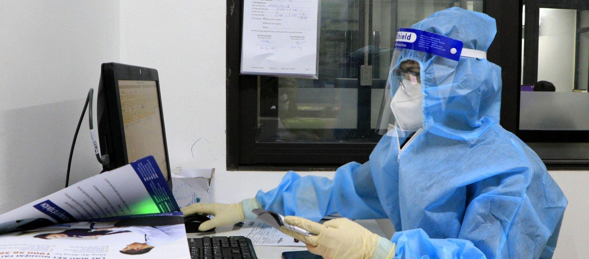 Các bác sĩ Bệnh viện Đa khoa tư nhân Hùng Vương làm xét nghiệm trên hệ xét nghiệm SARS-CoV-2 - Sputnik Việt Nam, 1920, 28.08.2021
