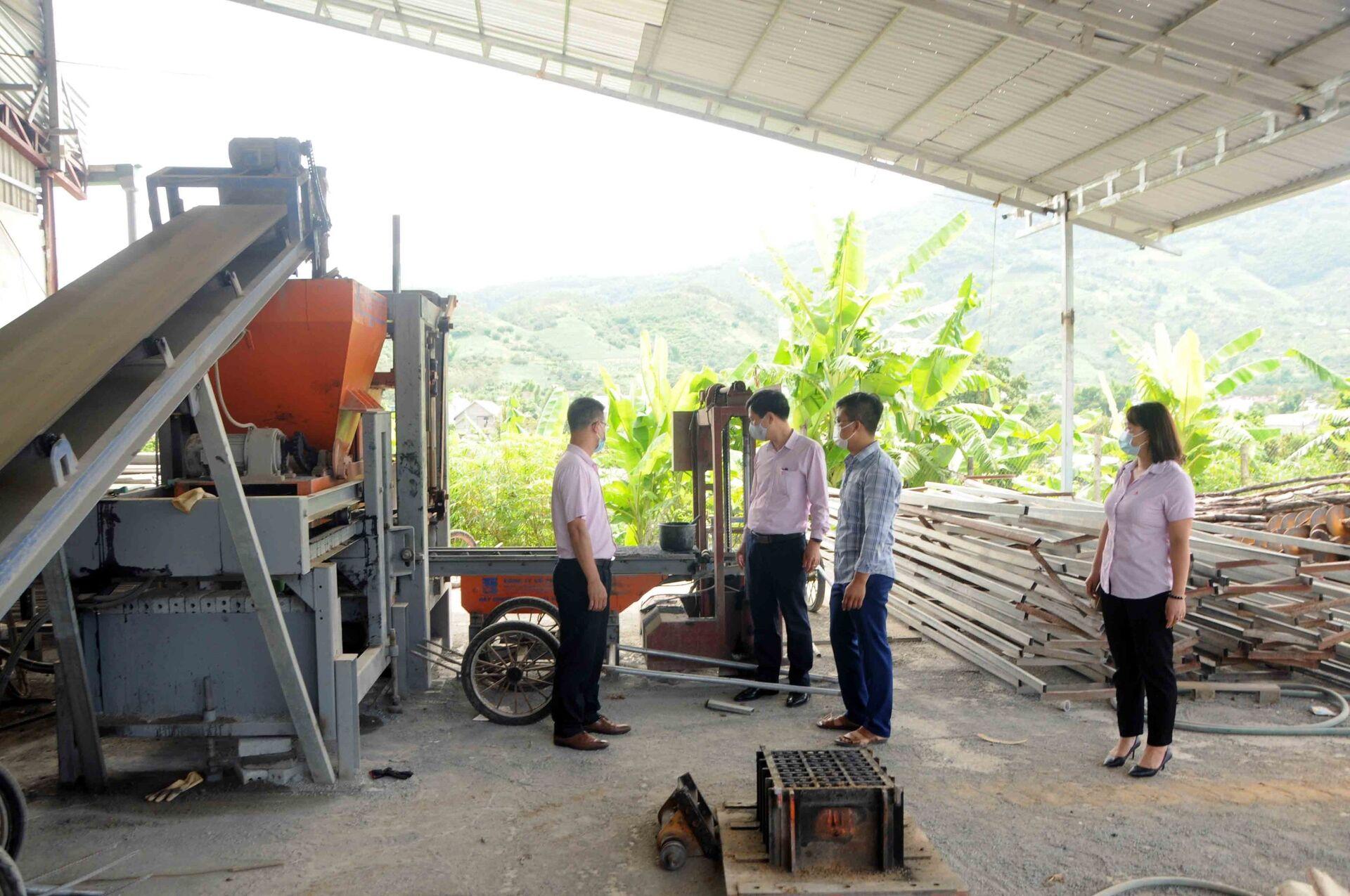 Sau khi có được vay vốn chính sách hỗ trợ, công ty vật liệu xây dựng Quang Huy, huyện Sông Mã đã hoạt động sản xuất trở lại - Sputnik Việt Nam, 1920, 05.10.2021