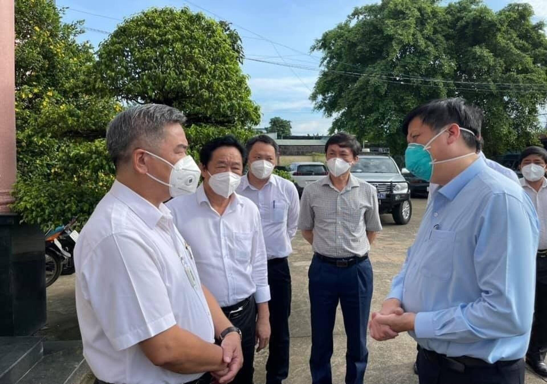 Bộ trưởng Bộ Y tế Nguyễn Thanh Long (phải) làm việc với lãnh đạo thị xã Tân Uyên, tỉnh Bình Dương - Sputnik Việt Nam, 1920, 05.10.2021