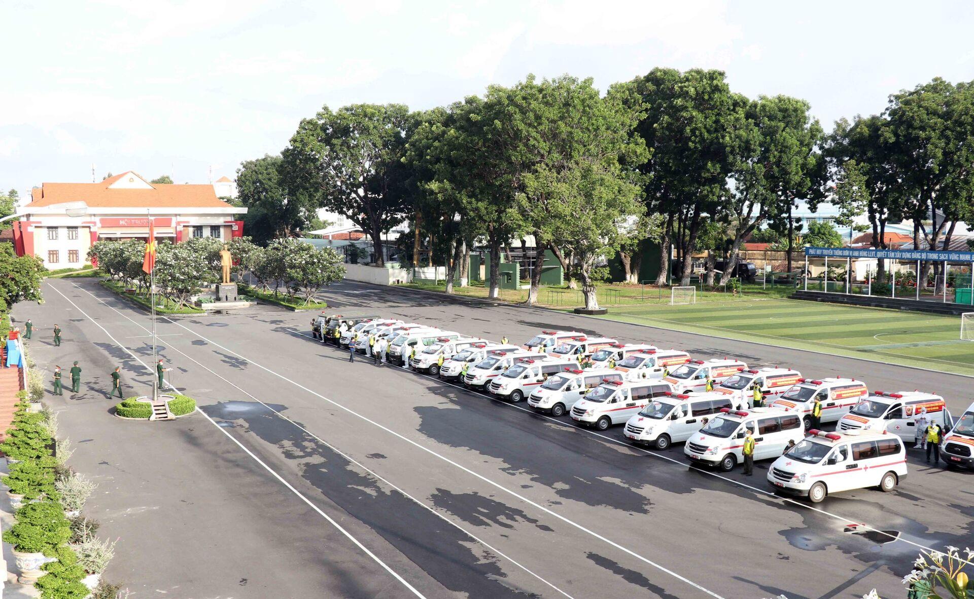 Bộ Quốc phòng bàn giao cho Thành phố 30 xe cứu thương cùng lái xe, cán bộ quân y theo kèm để hỗ trợ công tác phòng, chống dịch COVID-19 - Sputnik Việt Nam, 1920, 05.10.2021