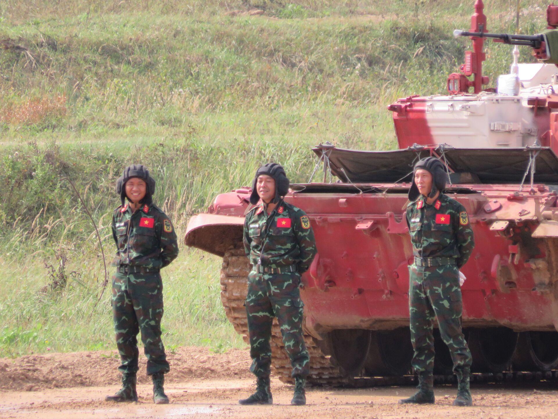 Kíp thứ ba của Việt Nam (VN3): thiếu tá Trần Việt Hải (trưởng xe), thượng úy Phan Anh Tuấn (pháo thủ-điều hành) và thượng úy Nguyễn Tiến Chiến (thợ máy-lái xe) - Sputnik Việt Nam, 1920, 05.10.2021