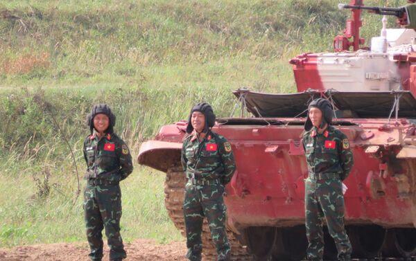 Kíp thứ ba của Việt Nam (VN3): thiếu tá Trần Việt Hải (trưởng xe), thượng úy Phan Anh Tuấn (pháo thủ-điều hành) và thượng úy Nguyễn Tiến Chiến (thợ máy-lái xe) - Sputnik Việt Nam