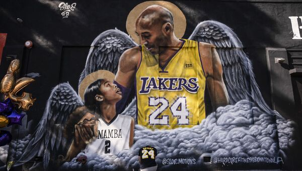 Graffiti vẽ cầu thủ bóng rổ đã qua đời Kobe Bryant và cô con gái Gianna - Sputnik Việt Nam