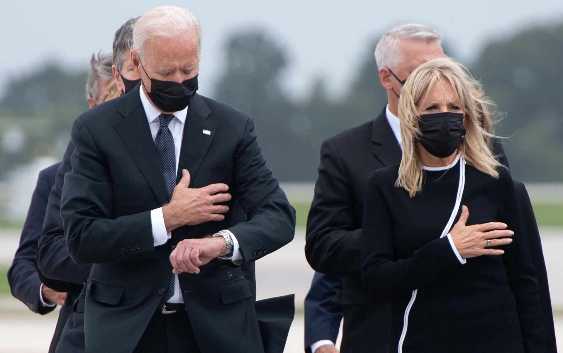 Tổng thống Hoa Kỳ Joe Biden cùng phu nhân tại căn cứ Không quân Dover trong nghi lễ chuyển giao hài cốt một quân nhân Mỹ thiệt mạng ở Afghanistan - Sputnik Việt Nam, 1920, 05.10.2021