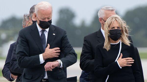Tổng thống Hoa Kỳ Joe Biden cùng phu nhân tại căn cứ Không quân Dover trong nghi lễ chuyển giao hài cốt một quân nhân Mỹ thiệt mạng ở Afghanistan - Sputnik Việt Nam