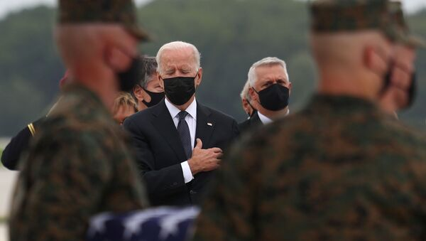 Tổng thống Hoa Kỳ Joe Biden tại căn cứ Không quân Dover trong nghi lễ chuyển giao hài cốt một quân nhân Mỹ thiệt mạng ở Afghanistan - Sputnik Việt Nam