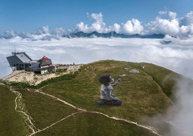 Bức tranh nghệ thuật khổng lồ theo phong cách land-art của nghệ sĩ Pháp Guillaume Legros trên đỉnh núi Le Moleson thuộc dãy Alps của Thụy Sĩ