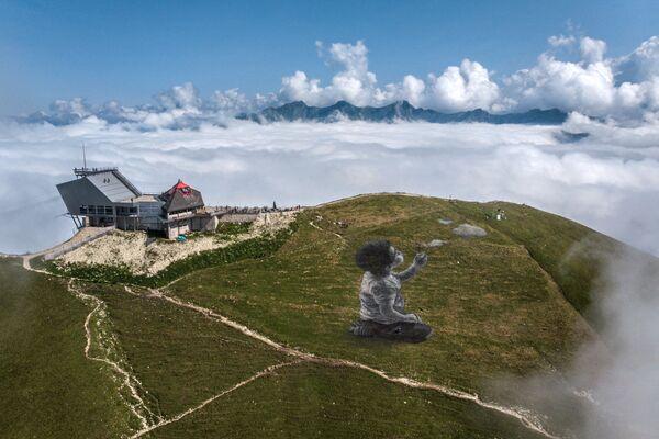 Bức tranh nghệ thuật khổng lồ theo phong cách land-art của nghệ sĩ Pháp Guillaume Legros trên đỉnh núi Le Moleson thuộc dãy Alps của Thụy Sĩ  - Sputnik Việt Nam