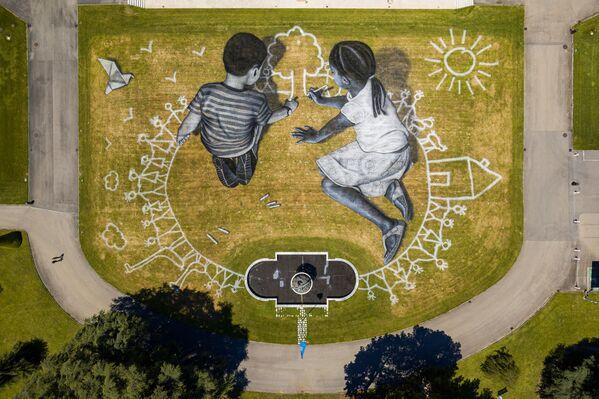 Bức tranh theo phong cách  nghệ thuật land-art của nghệ sĩ Pháp Saype  - Sputnik Việt Nam
