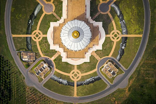 Land-art của nghệ sĩ Saype ở phía trước Vương cung thánh đường Notre Dame de la Paix ở Yamoussourko, Bờ Biển Ngà  - Sputnik Việt Nam