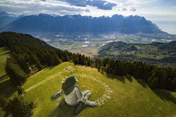 Land-art của nghệ sĩ Saype ở khu nghỉ mát Alpine của Leysin  - Sputnik Việt Nam
