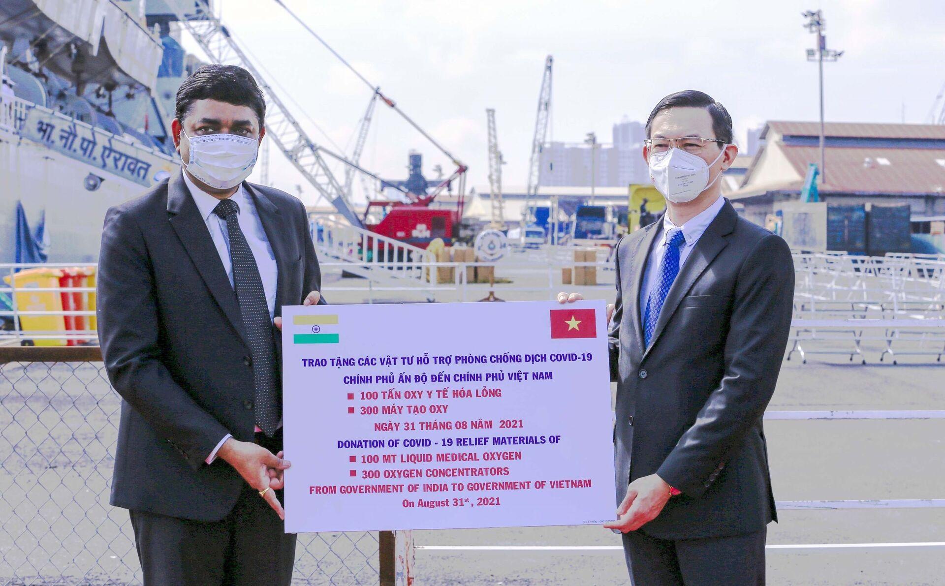Ông Trần Phước Anh, Giám đốc Sở Ngoại vụ Thành phố Hồ Chí Minh (phải) tiếp nhận tượng trưng lô thiết bị y tế do Chính phủ Ấn Độ trao tặng. - Sputnik Việt Nam, 1920, 05.10.2021