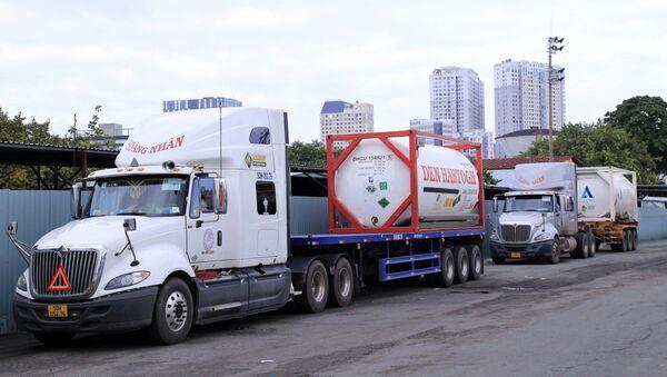 Các thiết bị y tế gồm máy tạo oxy và oxy hóa lỏng được giao cho Bệnh viện Chợ Rẫy thay mặt Bộ Y tế Việt Nam tiếp nhận. - Sputnik Việt Nam