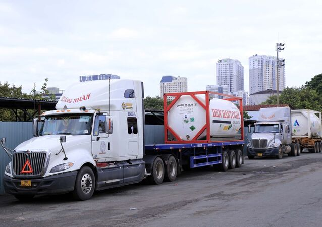Các thiết bị y tế gồm máy tạo oxy và oxy hóa lỏng được giao cho Bệnh viện Chợ Rẫy thay mặt Bộ Y tế Việt Nam tiếp nhận.