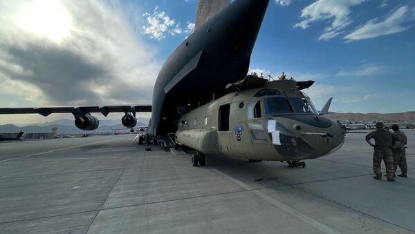 Một chiếc trực thăng CH-47 Chinook trong chiếc máy bay vận tải C-17 Globemaster III của Mỹ tại sân bay Kabul - Sputnik Việt Nam