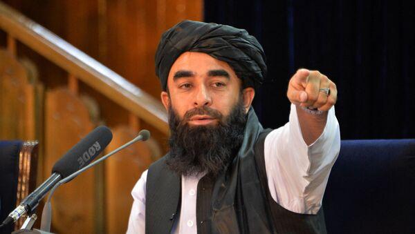 Phát ngôn viên của Taliban* Zabiullah Mujahid trong cuộc họp báo ở Kabul, Afghanistan - Sputnik Việt Nam