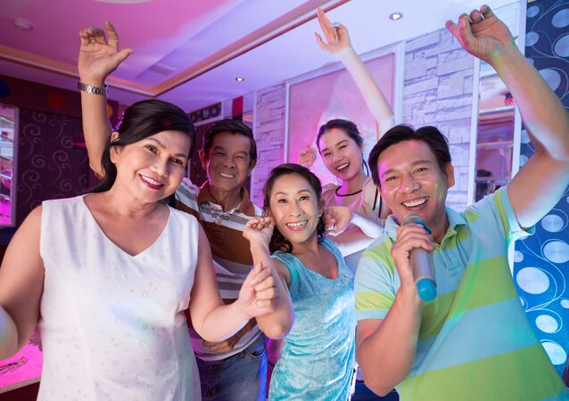 Người Việt Nam hát trong quán karaoke