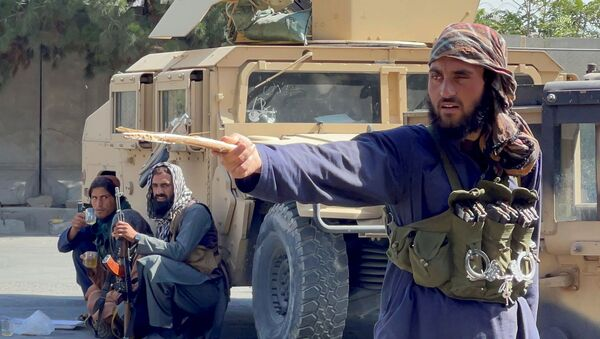 Lực lượng Taliban phong tỏa các con đường xung quanh sân bay ở Kabul, Afghanistan ngày 27/8/2021 - Sputnik Việt Nam