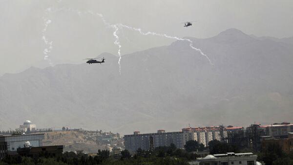 Trực thăng quân sự Mỹ Black Hawk bay qua Kabul - Sputnik Việt Nam