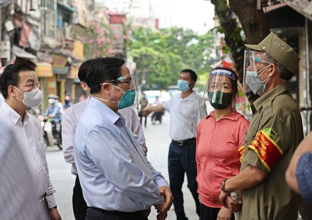 Thủ tướng Phạm Minh Chính kiểm tra đột xuất các điểm nóng về dịch bệnh COVID-19 tại Hà Nội