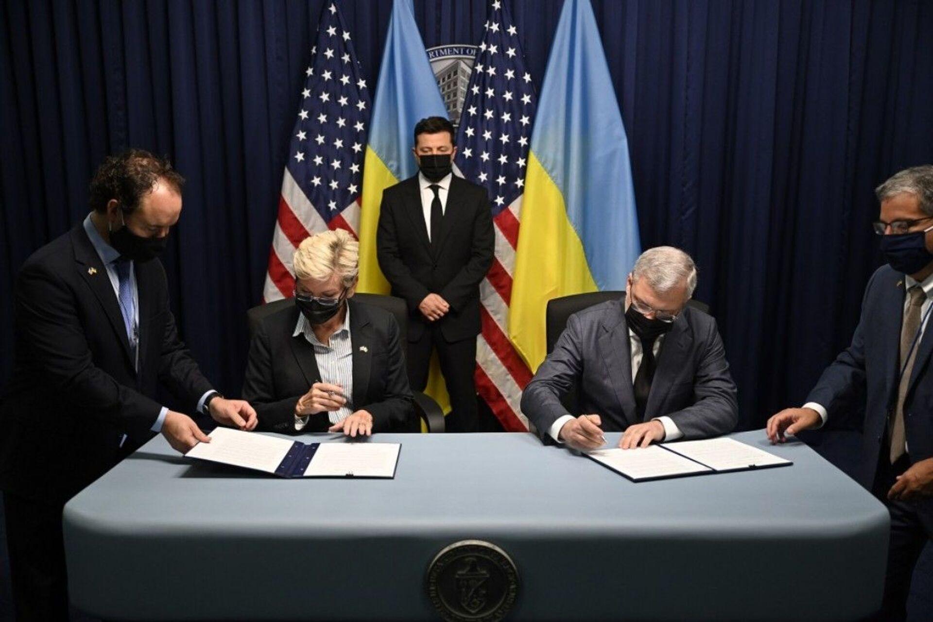 Tổng thống Ukraina Vladimir Zelenskyy tại buổi ký kết các văn kiện trong chuyến thăm Mỹ - Sputnik Việt Nam, 1920, 05.10.2021