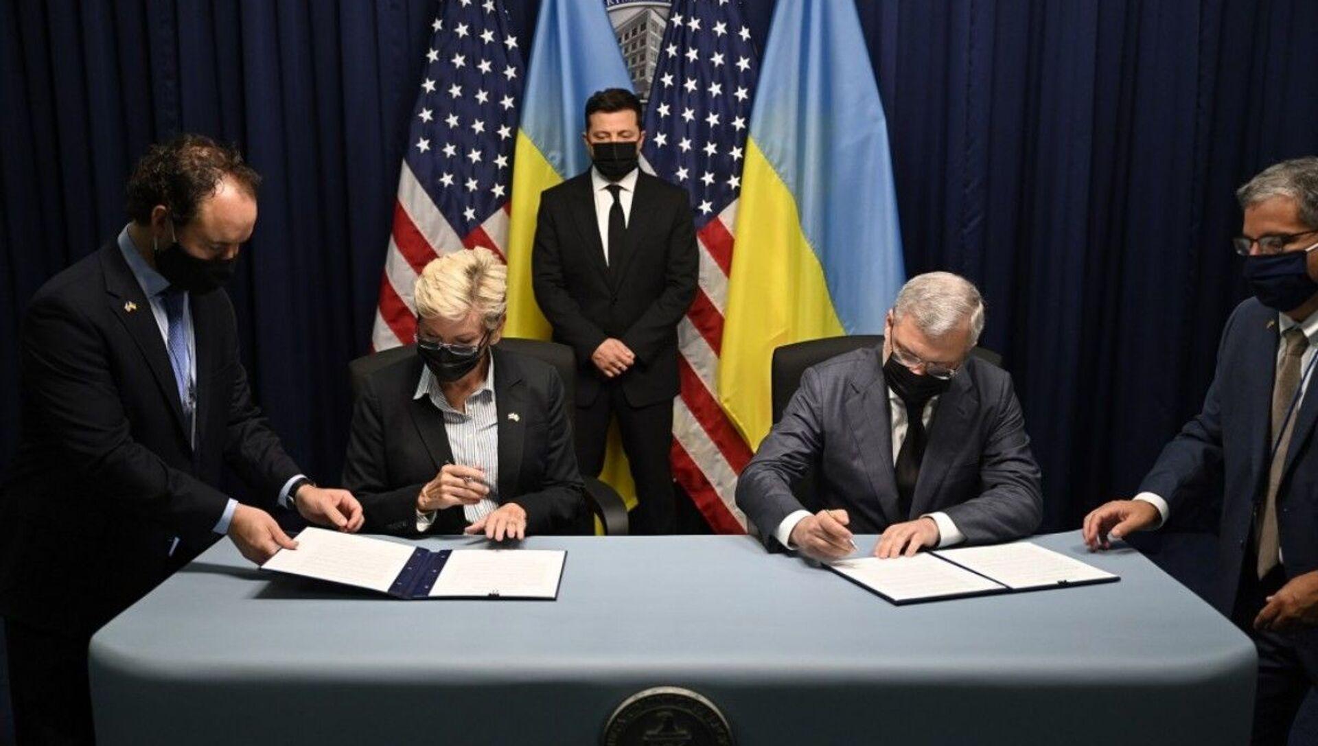Tổng thống Ukraina Vladimir Zelenskyy tại buổi ký kết các văn kiện trong chuyến thăm Mỹ - Sputnik Việt Nam, 1920, 16.09.2021