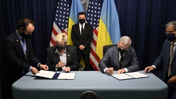 Tổng thống Ukraina Vladimir Zelenskyy tại buổi ký kết các văn kiện trong chuyến thăm Mỹ - Sputnik Việt Nam