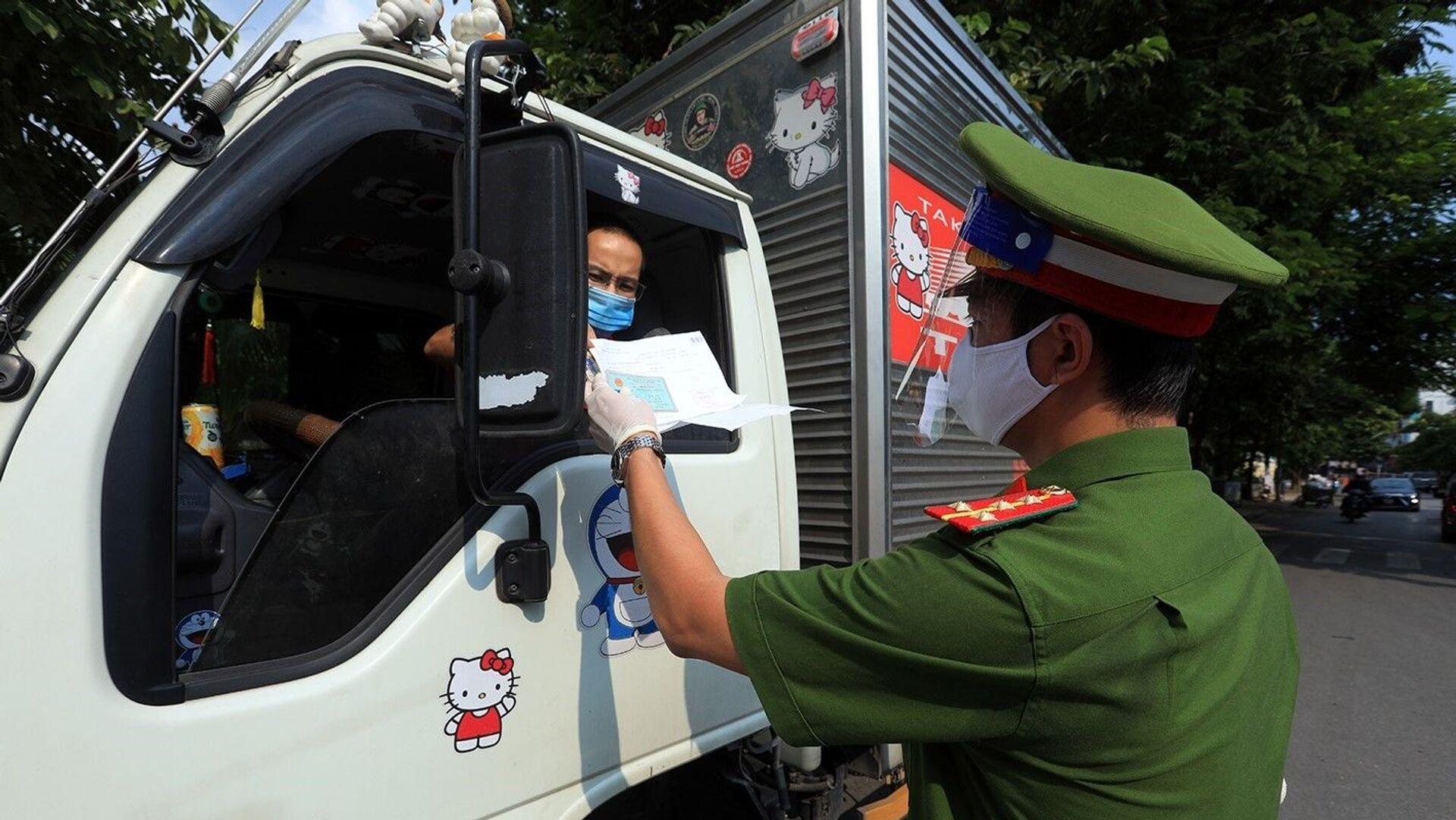 Công an kiểm tra giấy đi đường và giấy phép vận chuyển hàng hóa thiết yếu của các phương tiện vận tải - Sputnik Việt Nam, 1920, 22.09.2021