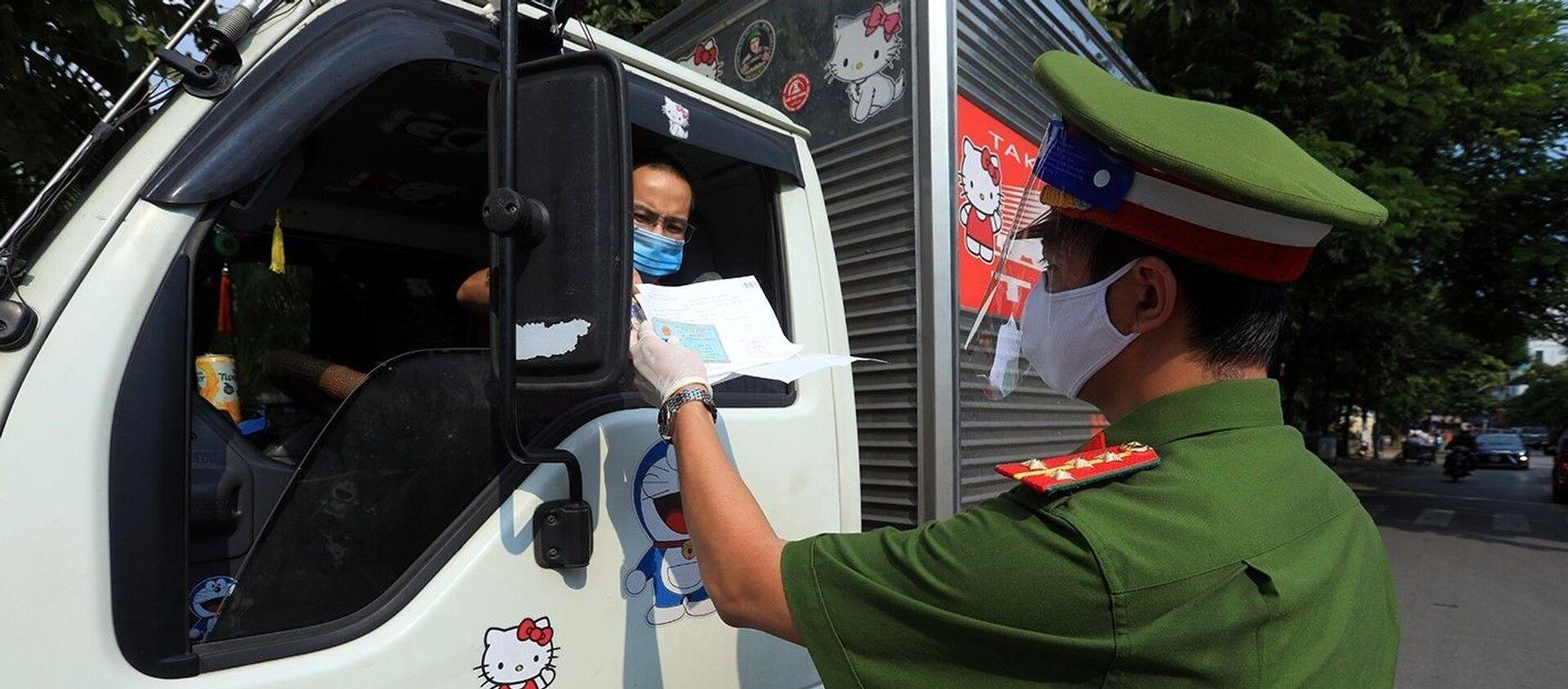 Công an kiểm tra giấy đi đường và giấy phép vận chuyển hàng hóa thiết yếu của các phương tiện vận tải - Sputnik Việt Nam, 1920, 06.09.2021