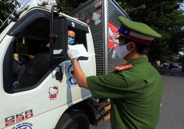 Công an kiểm tra giấy đi đường và giấy phép vận chuyển hàng hóa thiết yếu của các phương tiện vận tải
