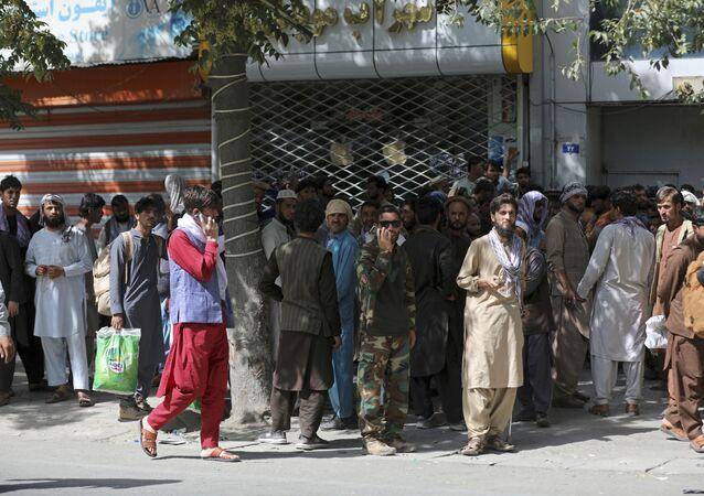 Người Afghanistan xếp hàng tại ngân hàng ở Kabul