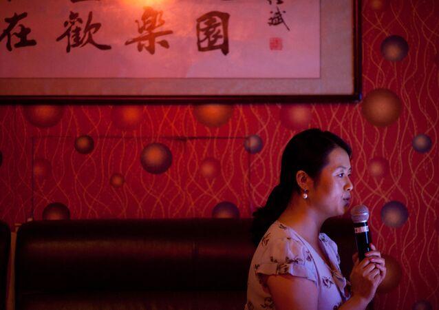 Người phụ nữ hát karaoke tại một câu lạc bộ độc thân ở Bắc Kinh