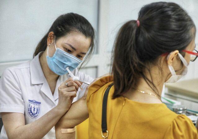 Nhân viên y tế tiêm thử nghiệm vaccine Nano Covax phòng COVID-19 giai đoạn 3.