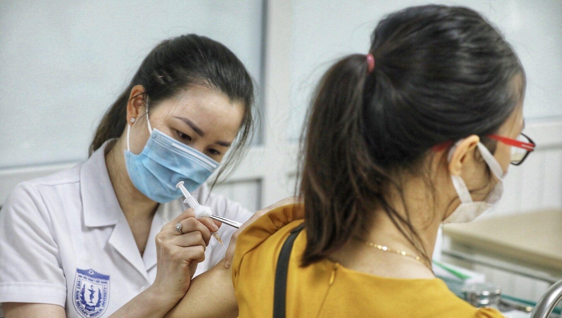 Nhân viên y tế tiêm thử nghiệm vaccine Nano Covax phòng COVID-19 giai đoạn 3. - Sputnik Việt Nam, 1920, 01.09.2021