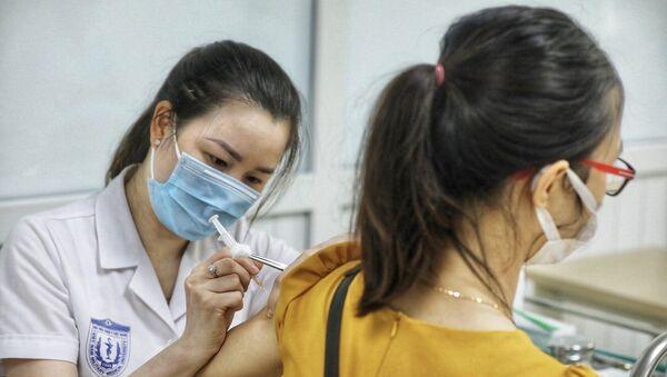 Nhân viên y tế tiêm thử nghiệm vaccine Nano Covax phòng COVID-19 giai đoạn 3. - Sputnik Việt Nam
