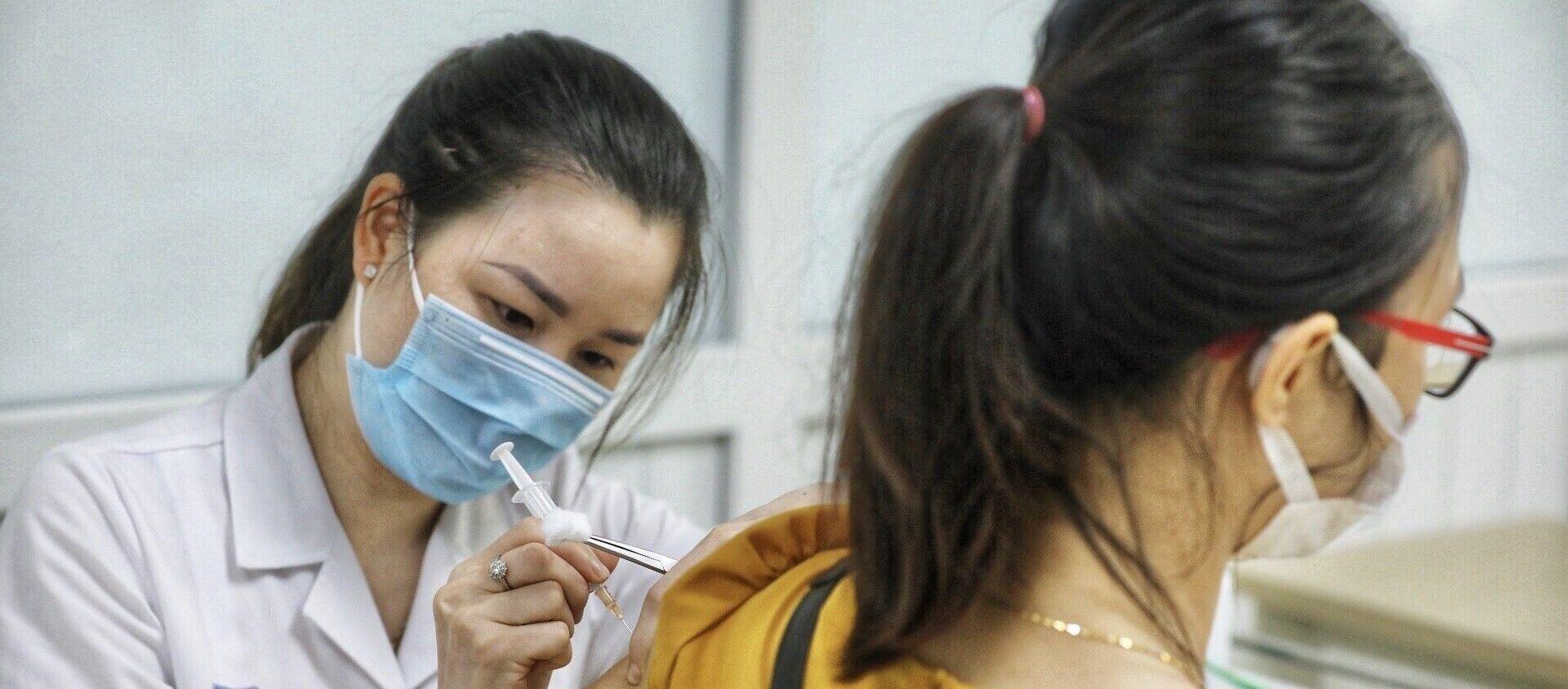 Nhân viên y tế tiêm thử nghiệm vaccine Nano Covax phòng COVID-19 giai đoạn 3. - Sputnik Việt Nam, 1920, 08.09.2021