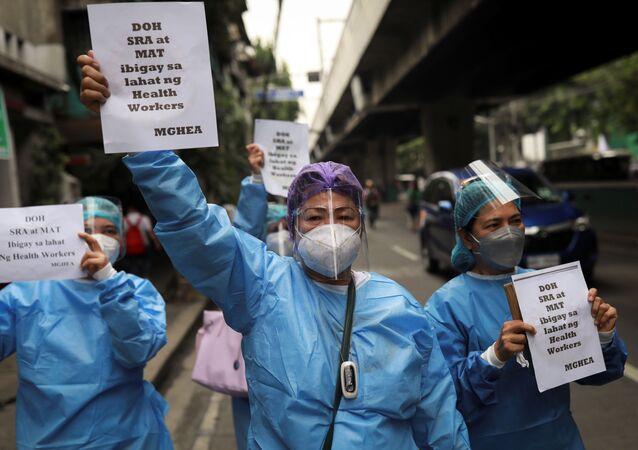 Y bác sĩ biểu tình trước Bộ Y tế Philippines để đòi nâng lương trong bối cảnh gia tăng các ca nhiễm coronavirus