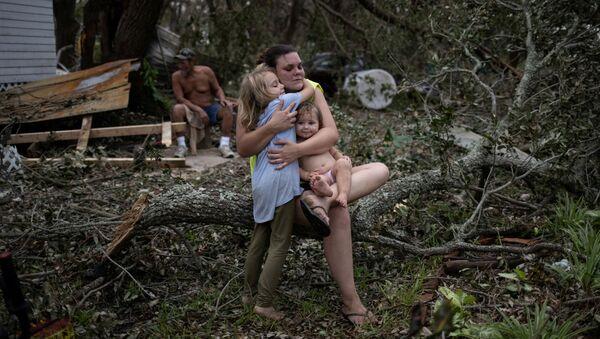 Một gia đình cạnh ngôi nhà bị phá hủy sau cơn bão Ida ở Louisiana - Sputnik Việt Nam