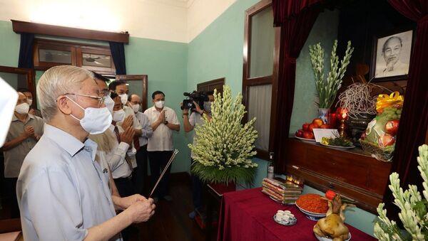 Tổng Bí thư Nguyễn Phú Trọng dâng hương tưởng niệm Chủ tịch Hồ Chí Minh. - Sputnik Việt Nam