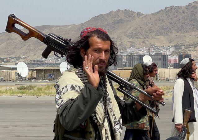 Lực lượng Taliban tuần tra trên đường băng một ngày sau khi quân đội Mỹ rút khỏi Sân bay Quốc tế Hamid Karzai ở Kabul, Afghanistan ngày 31 tháng 8 năm 2021