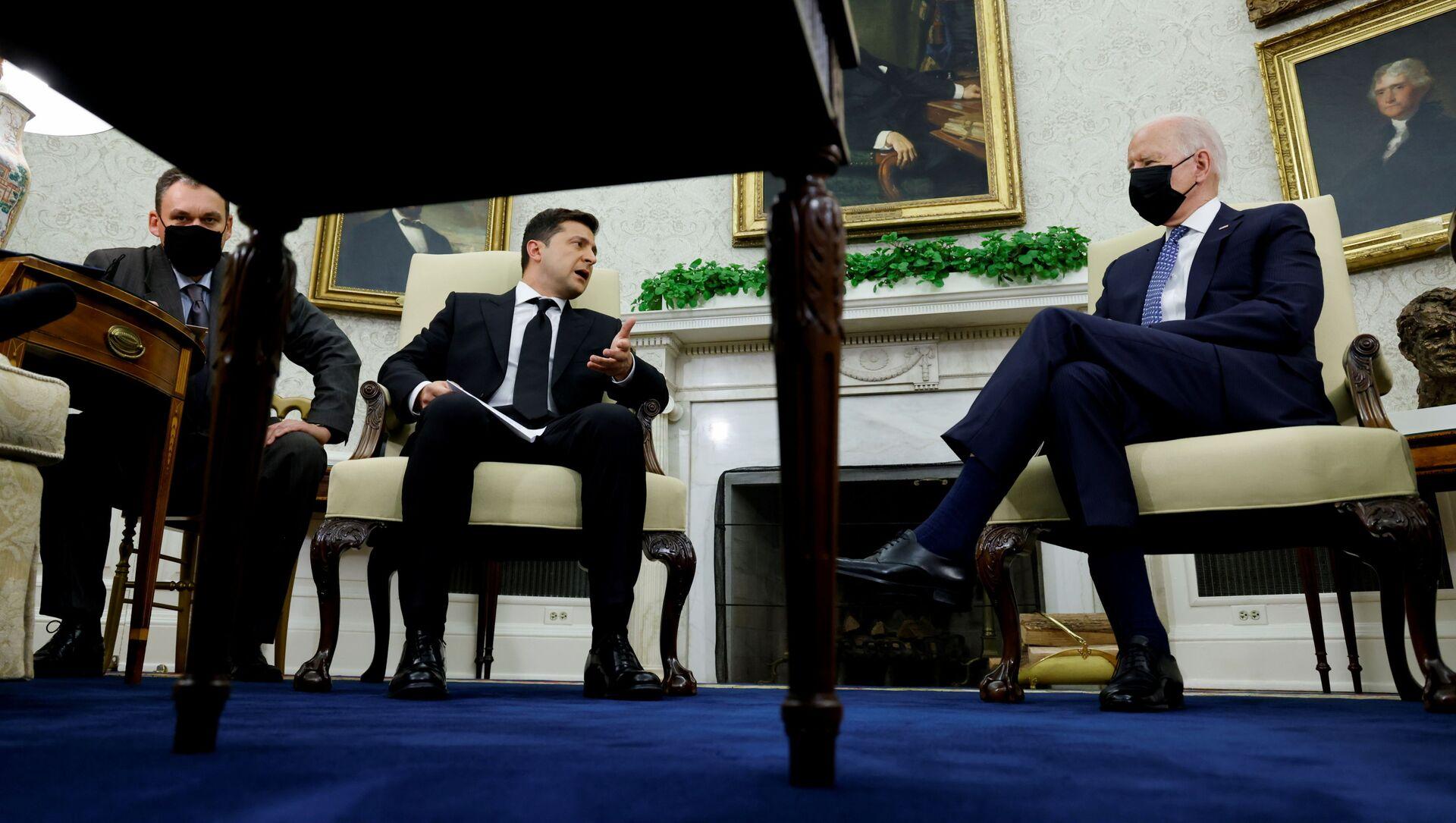 Tổng thống Ukraina Volodymyr Zelenskyy trong cuộc gặp với Tổng thống Mỹ Joe Biden tại Nhà Trắng - Sputnik Việt Nam, 1920, 02.09.2021