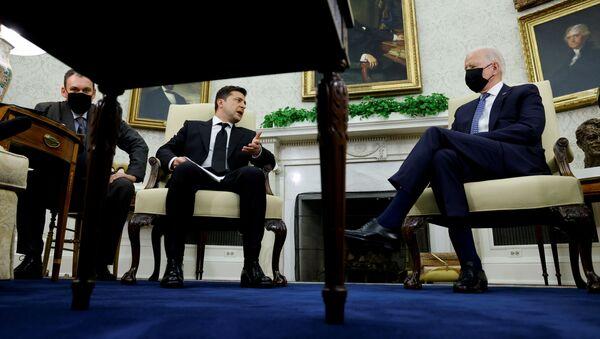 Tổng thống Ukraina Volodymyr Zelenskyy trong cuộc gặp với Tổng thống Mỹ Joe Biden tại Nhà Trắng - Sputnik Việt Nam