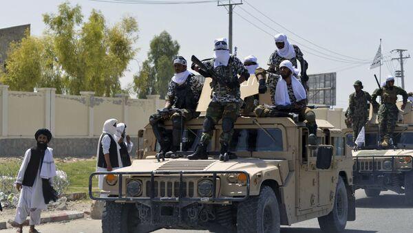 Các chiến binh Taliban trên đỉnh xe Humvee diễu hành dọc theo con đường để ăn mừng sau khi Mỹ rút hết quân khỏi Afghanistan, tại Kandahar vào ngày 1 tháng 9 năm 2021 sau khi quân đội Taliban tiếp quản đất nước - Sputnik Việt Nam