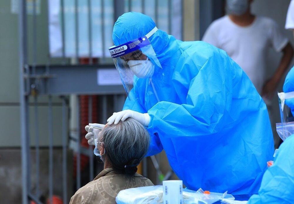 Nhân viên y tế quận Thanh Xuân lấy mẫu xét nghiệm COVID-19 cho người dân tại tổ 7, phường Thanh Xuân Trung.